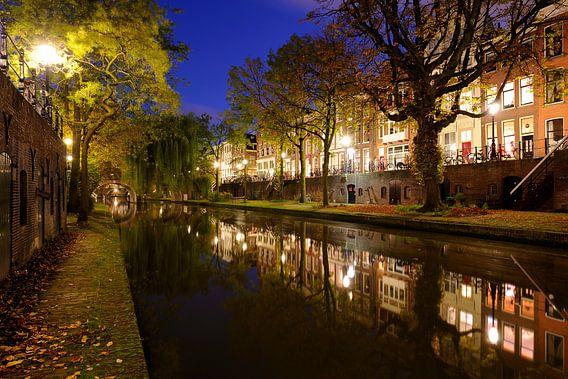 Oudegracht in Utrecht tussen de Geertebrug en de Smeebrug van Donker Utrecht