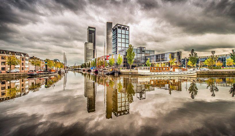 Skyline Leeuwarden met wolkenlucht van Harrie Muis