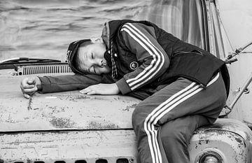Junge schläft auf Auto von Daan Kloeg