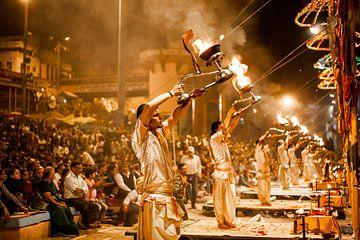 Magische ceremonie aan de heilige rivier Ganges in Varanasi, India van