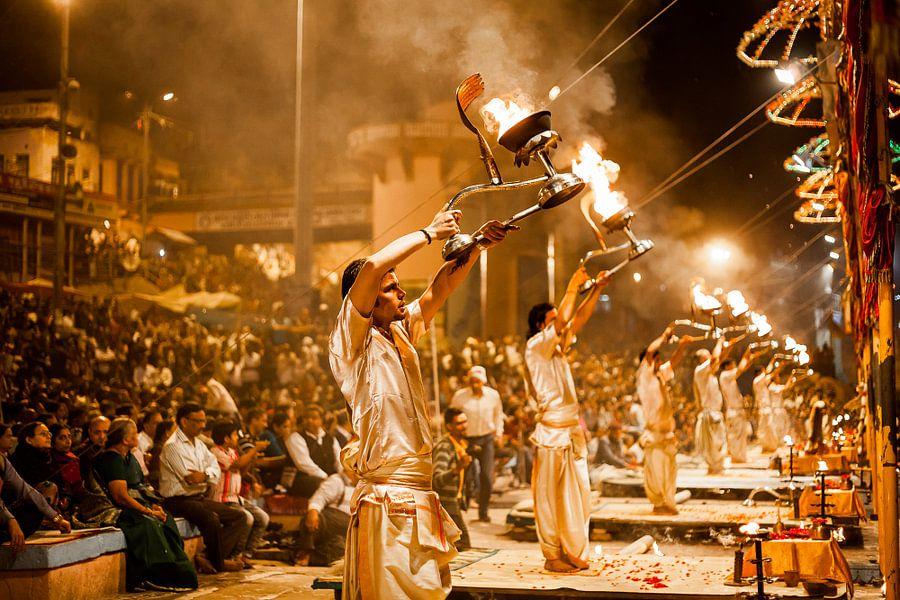 Magische ceremonie aan de heilige rivier Ganges in Varanasi, India van Bart van Eijden