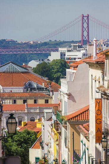 Stads uitzicht op de Ponte de 25 abril in Lissabon, Portugal