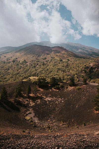 Uitzicht over de Etna vulkaan in Sicilië, Italië van Manon Visser
