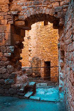 Doorkijk in een ruïne van een oud Frans kasteel van MICHEL WETTSTEIN