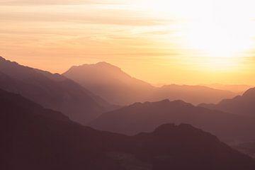 """Berglandschaft """"Sonnenuntergang in Orange"""" von Coen Weesjes"""