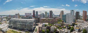 Panoramabeeld van het centrum van Rotterdam met de Markthal en het reuzenrad van Henno Drop