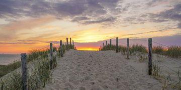 Strandopgang bij zonsondergang aan de kust van Dirk van Egmond