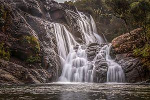 Verborgen waterval in tropisch regenwoud