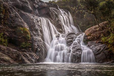 Verborgen waterval in tropisch regenwoud van Original Mostert Photography
