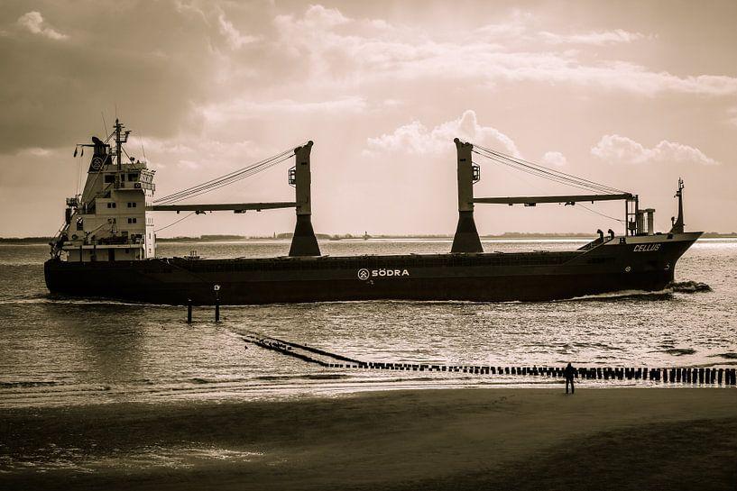 Schip vaart vlak langs de kant van het strand van Vlissingen (Zeeland) van Fotografie Jeronimo