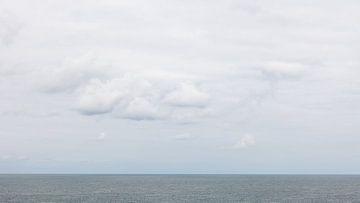 Stille Meereslandschaft mit Wolken von Dick Doorduin