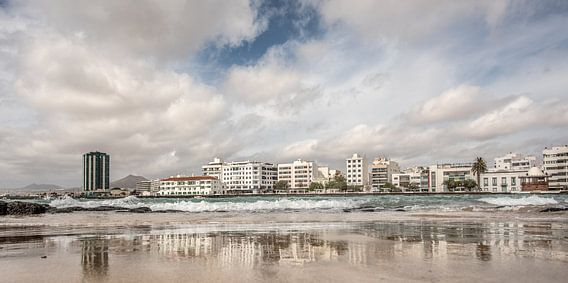 Zicht op Arrecife- hoofdstad van Lanzarote van Harrie Muis