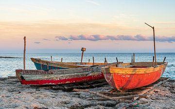 Bootjes op strand van Jeroen Kleiberg