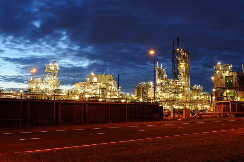 Olieraffinaderij in het Botlekgebied in Rotterdam van Merijn van der Vliet