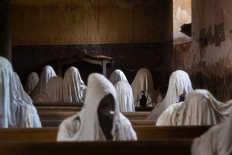 Verlaten Kerk met Spoken. van Roman Robroek