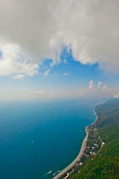 volant sous les nuages le long de la mer turquoise et de la côte verte avec de nombreux hôtels. (pho sur Michael Semenov