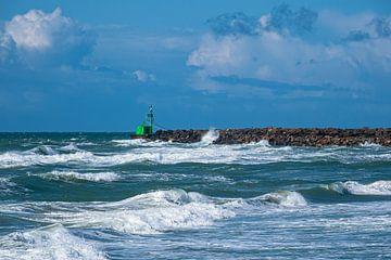 De pier van Hirtshals in Denemarken met golven van Rico Ködder