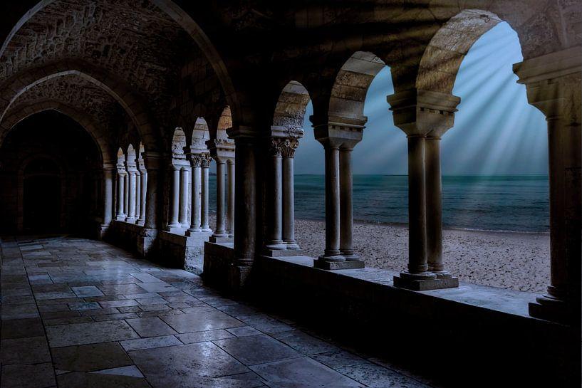 zicht op de abdij gang met zijn stenen pilaren en stenen glanzende vloer , met een doorkijk via de p van Rita Phessas