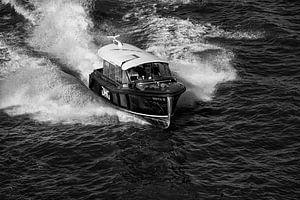 Zwart-wit foto van de watertaxi in Rotterdam