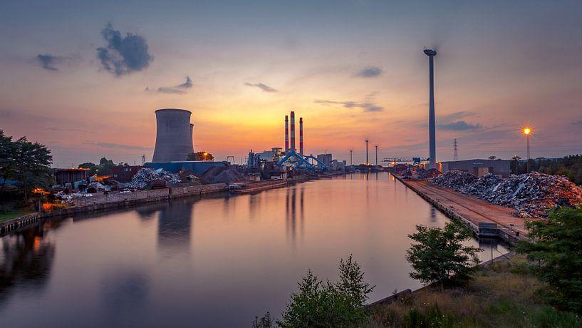 Industrie Genk bij zonsondergang van Martijn van Dellen