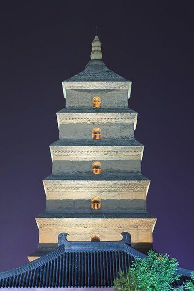 Verlichte oude boeddhistische pagode in de nacht, Xian, China van Tony Vingerhoets