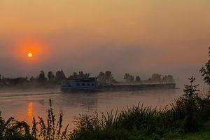 un cargo au lever du soleil sur la maille dans le brouillard
