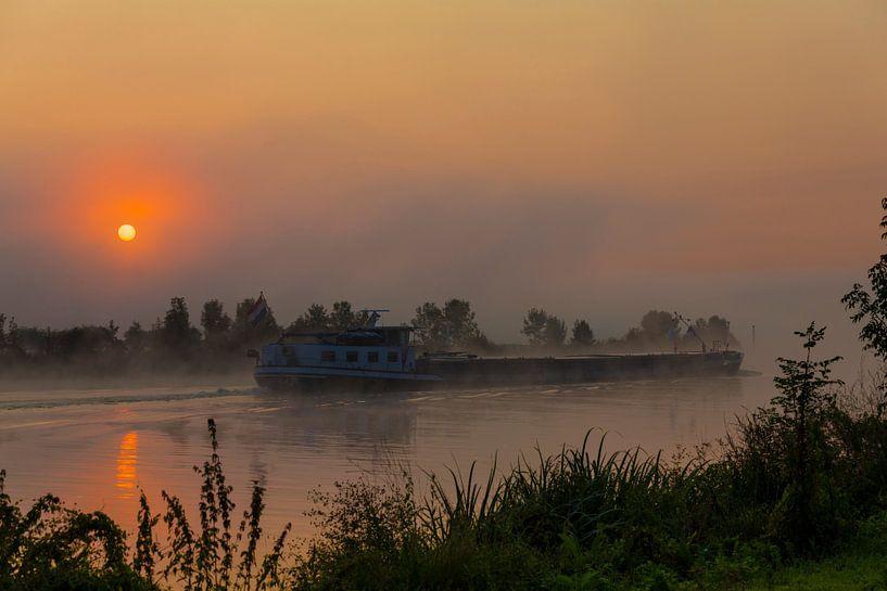 un cargo au lever du soleil sur la maille dans le brouillard sur ChrisWillemsen