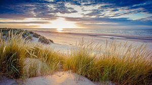 Zonsondergang boven het strand van Ameland. van