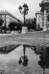 Budapest Altstadt - Spiegelung einer Laterne in einer Pfütze von Frank Herrmann