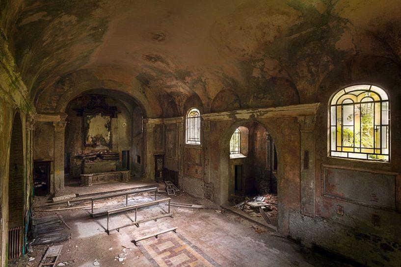 Kerk in Hevig Verval. van Roman Robroek