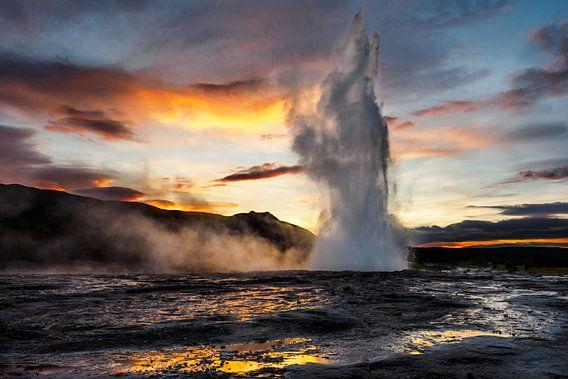 Strokkur (Geysir) in IJsland van Edwin van Wijk