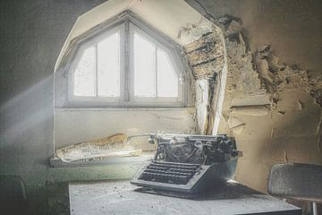 Typemachine bij raam van