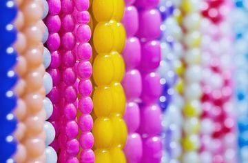 close-up van de snaren met zoete veelkleurige kralen van Tony Vingerhoets
