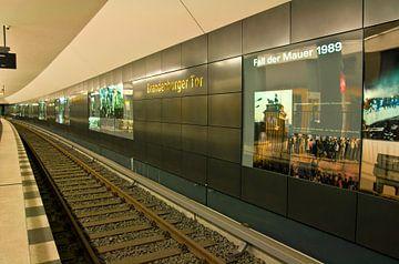 U-Bahn-Linie U5 an der Station Brandenburger Tor in Berlin von Silva Wischeropp