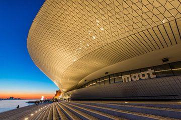 Zonsondergang bij het MAAT in Lissabon, Portugal van Bert Beckers