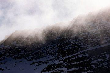 Zonlicht steekt door een rotswand in de alpen van Hidde Hageman
