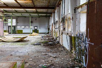 Urbex - Innenraum eines baufälligen Gebäudes von Photo Henk van Dijk