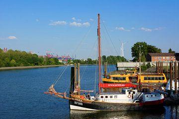 Harbour in Hamburg Finkenwerder van Gisela Scheffbuch