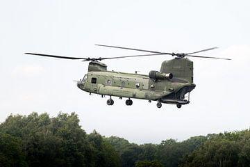Boeing CH-47 Chinook met half open laadklep van Wim Stolwerk