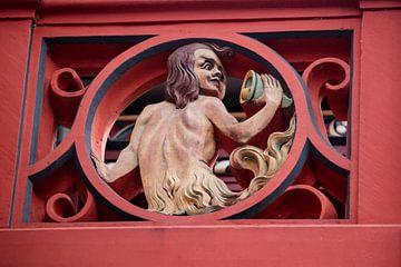 Ballustrade met beeldhouwwerk op het dak van het Raadhuis van Bazel in Zwitserland van Joost Adriaanse