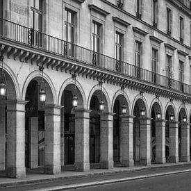 Arcade in de rue de Rivoli in Parijs van Toon van den Einde