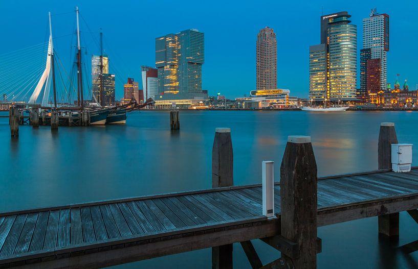 Skyline van rotterdam in het blauwe uur van Ilya Korzelius
