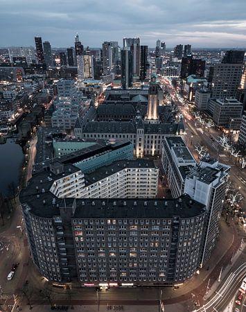 Hoog boven de Coolsingel in Rotterdam