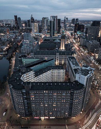 Hoog boven de Coolsingel in Rotterdam van