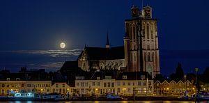 """Volle maan opkomst bij """"de Grote Kerk"""" Dordrecht van Patrick Blom"""