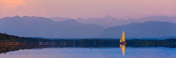 Segelboot vor der Alpenkulisse von Denis Feiner