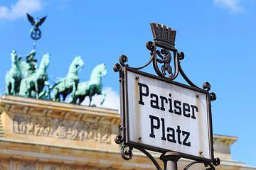 Berlin - hisorisches Strassenschild am Brandenburger Tor von Frank Herrmann