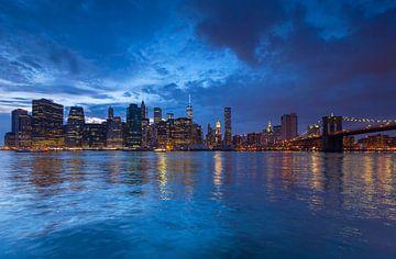 Skyline New York City in de avond van Marcel Kerdijk