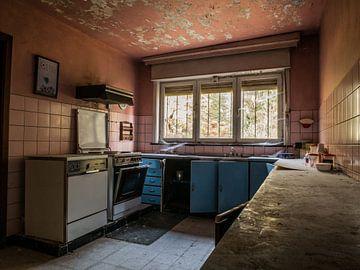 Küche in einem verfallenen Bauernhaus von Art By Dominic