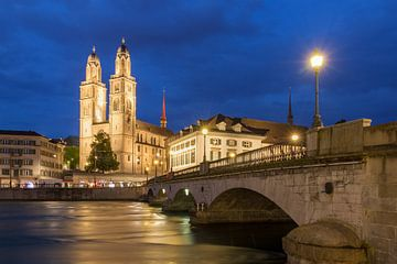 Grossmünster Kerk aan de Limmat in Zurich van Dennis van de Water